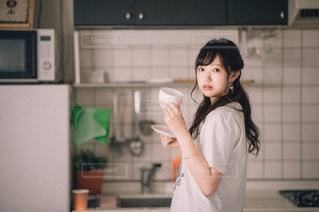 キッチンで立っている女性の写真・画像素材[1509624]