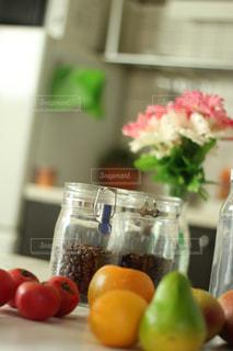 テーブルの上の花の花瓶の写真・画像素材[1509630]