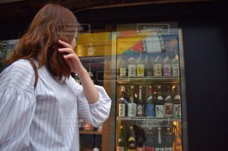 店の前に立っている女性の写真・画像素材[1188029]