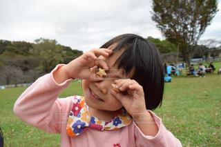 お菓子で遊ぶ子供の写真・画像素材[1525758]