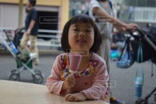 アイスを、たべる少女の写真・画像素材[1525761]