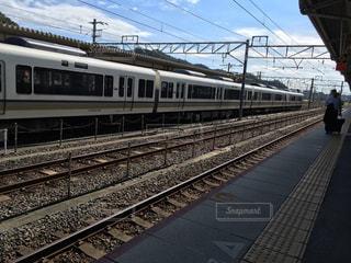 向かいの線路に電車の写真・画像素材[1528140]
