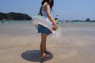 ビーチに立っている女の子の写真・画像素材[1528144]