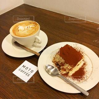 テーブルの上のコーヒー カップとプレート - No.1072489
