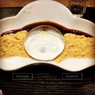 テーブルの上に食べ物のプレート - No.1072491