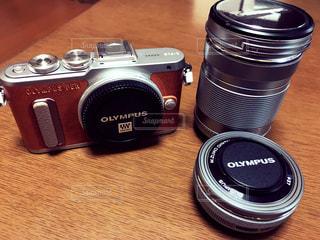 テーブルの上のカメラ - No.1074400
