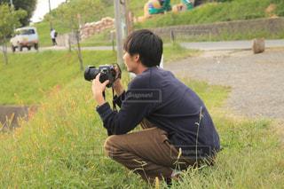 草の中の男性の写真・画像素材[1073674]