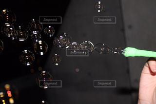夜にシャボン玉の写真・画像素材[1073962]