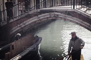 ボートを漕ぐ男性 - No.1083755