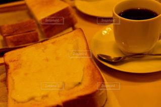 テーブルの上のコーヒー カップの写真・画像素材[1083758]