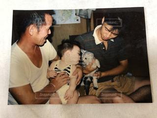 犬を抱きかかえたの写真・画像素材[1272683]