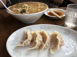 テーブルの上に食べ物のプレートの写真・画像素材[1273219]