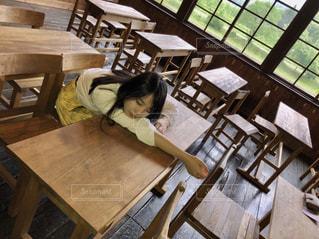 木製のテーブルに座る人の写真・画像素材[1273235]
