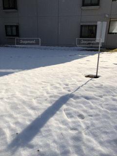 大雪の次の日の晴れた朝の写真・画像素材[1073955]