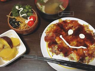 テーブルの上に食べ物のプレートの写真・画像素材[1073847]
