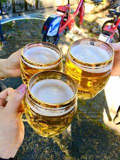 ビールのグラスを持っている人の写真・画像素材[1201839]