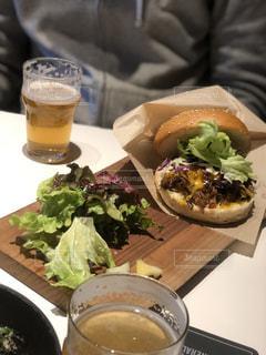 テーブルの上に座って食品のボウル - No.1073229