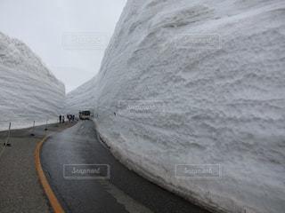 雪に覆われた道路の写真・画像素材[1090083]