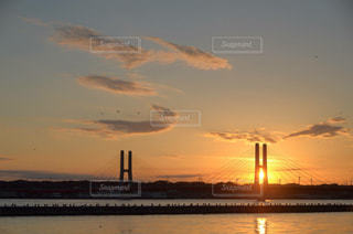 水の体に沈む夕日の写真・画像素材[1074128]