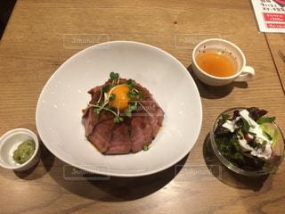 ローストビーフ丼の写真・画像素材[1074154]