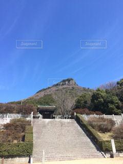 蒼天に屋島神社の写真・画像素材[1833239]