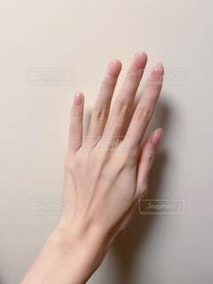ツヤツヤの爪の手の写真・画像素材[4293965]