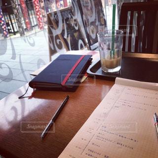 テーブルの上の本の写真・画像素材[1074699]