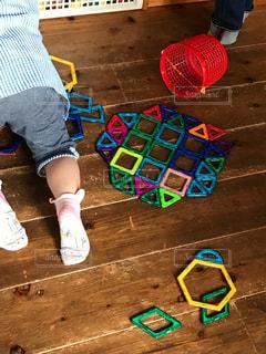 おもちゃで遊ぶ少女の写真・画像素材[1074705]