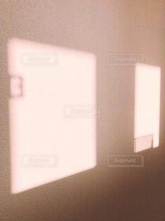 壁に映った窓ガラスの写真・画像素材[1102137]