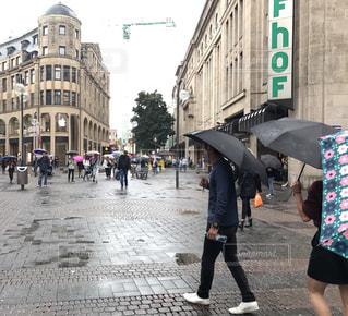 傘を持って通りを歩いて人々 のグループ - No.1074931