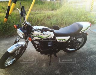 バイクは、道の脇に駐車の写真・画像素材[1074993]