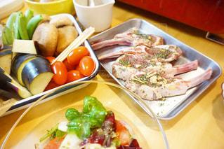 テーブルの上に食べ物のプレートの写真・画像素材[1074998]
