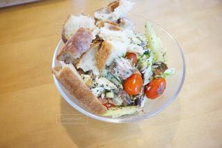 テーブルの上に食べ物のプレートの写真・画像素材[1074999]