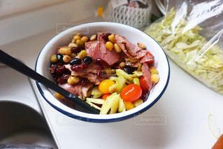 キッチンでサラダ調理の写真・画像素材[1075000]