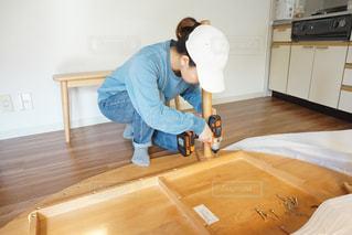 家具を組み立てる女性の写真・画像素材[1076155]