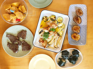 テーブルの上に食べ物のプレートの写真・画像素材[1078536]