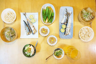 テーブルの上に食べ物のボウルの写真・画像素材[1078542]