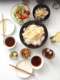 テーブルの上に食べ物のボウルの写真・画像素材[1078543]