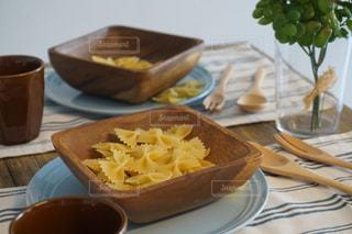 食品やコーヒー テーブルの上のカップのプレートの写真・画像素材[1121748]