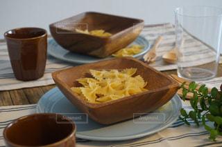 食品やコーヒー テーブルの上のカップのプレートの写真・画像素材[1121750]