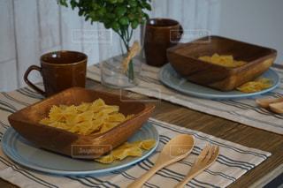 テーブルの上に食べ物のプレートの写真・画像素材[1121752]