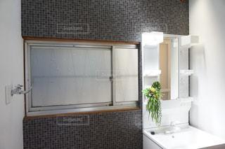 ウィンドウの横に座っている白い浴槽付きのバスルームの写真・画像素材[1121753]