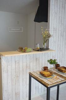 木製のテーブルの上に花の花瓶の写真・画像素材[1121755]
