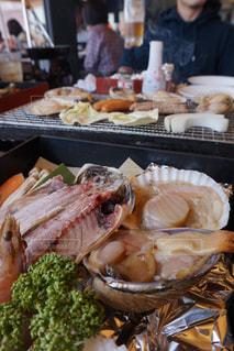 食品のプレートをテーブルに座っている人々 のグループの写真・画像素材[1122282]