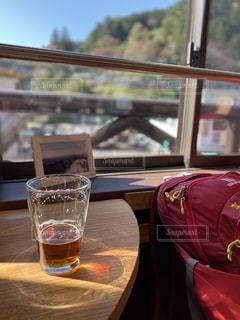ビールで旅の疲れを癒すの写真・画像素材[2775236]