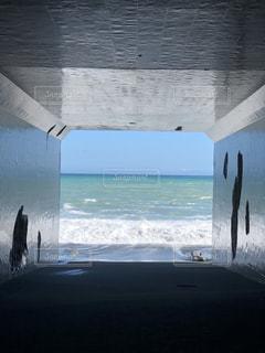 トンネルと海の写真・画像素材[1610176]