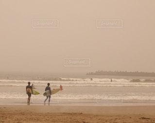 海に向かって歩くサーファーの姿の写真・画像素材[1075344]