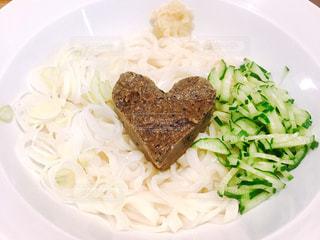 ハートの形の肉味噌がかわいいジャージャー麺の写真・画像素材[1077569]
