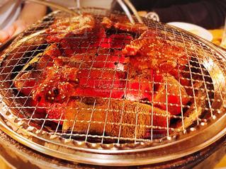 ジューシーな肉を炭火で焼くの写真・画像素材[1081184]