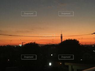 夜の街に沈む夕日の写真・画像素材[1075446]